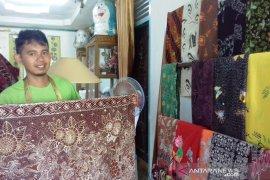 """Yusrizal, pemuda Solok kembangkan batik tulis """"Salingka Tabek"""""""