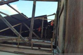 Hujan deras dan angin kencang di Kepulauan Seribu rusak rumah warga