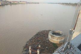 Kayu teronggok di tonggak Jembatan Gentala Arasy