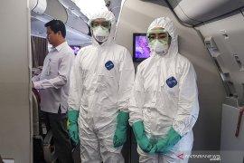 Petugas mengenakan baju steril sambut WNI dari Wuhan