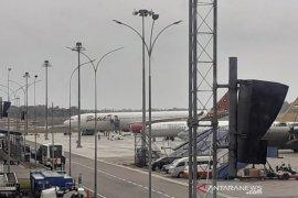 Mendarat di Batam, WNI dari Wuhan langsung memasuki Pesawat TNI