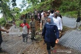 Tempuh medan berat, Gubernur Jatim pantau putusnya akses jalan akibat banjir bandang di Jember