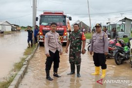 TNI/Polri berikan pelayanan korban banjir di Serang