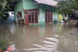 3.848 jiwa terdampak banjir di Periuk mengungsi ke posko penampungan