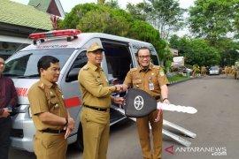 Pemkot Jambi memberikan bantuan ambulan khusus ibu dan anak