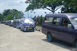 Cari uang Rp30 ribu saja kian sulit, pengemudi angkot di Padang demo ke Balai Kota