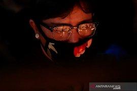 Seorang pelajar Filipina buat pelindung wajah plastik  untuk dokter