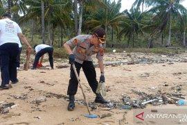 KSOP Pangkalbalam inisiasi bersihkan kawasan Pantai Tanjungular