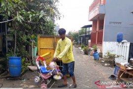 Sampah mulai dibersihkan pasca-banjir mulai surut di sebagian wilayah Periuk, Tangerang