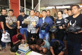 Polisi gerebek pabrik ganja sintetis di Surabaya