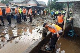 Brimob Polda Bali bersihkan lumpur banjir di Bangli