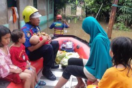 Personel evakuasi damkar disiagakan bantu warga terdampak banjir