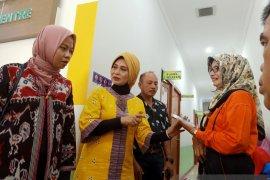 Direksi BPJS Kesehatan tinjau penerapan sistem antrean online melalui mobile JKN di FKTP Padang (Video)