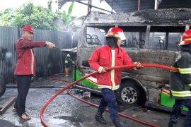 Empat unit mobil hangus terbakar di bengkel