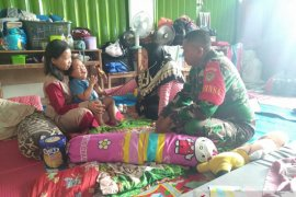 Bidan desa dan Babinsa Cikande pantau kesehatan korban banjir Kibin