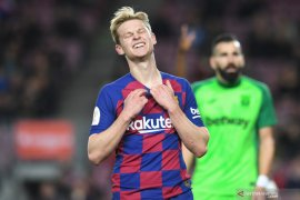 Pelatih Ajax kritik cara  Barcelona mainkan Frenkie de Jong