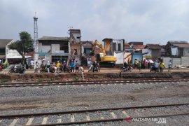 Pencari rongsokan tewas tertimpa bangunan di jalur reaktivasi kereta api