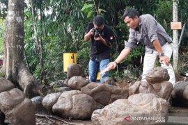Polisi periksa temuan patung di wisata Batu Mahpar Tasikmalaya