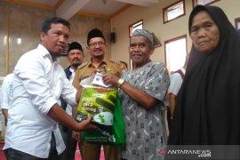 PWI Garut bagikan 150 paket sembako bagi masyarakat miskin