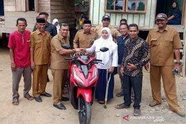 Siswi disabilitas berprestasi terima motor dari Pemkab Aceh Jaya