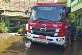 Mobil pemadam kebakaran dikerahkan sedot banjir di Desa Banjarasri Sidoarjo