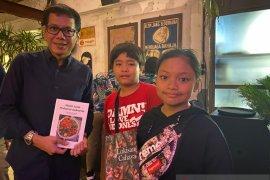 Dies Natalis UI, Dosen dan mahasiswa Vokasi UI beri hadiah 70 buku