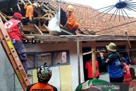 Pemkot Tasikmalaya bangun rumah ambruk akibat bencana alam