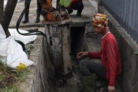 Sejumlah bangunan permanen di Surabaya sebabkan saluran air  tersumbat