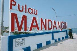HCML pasang papan nama di dermaga Pulau Mandangin Sampang