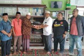Anggota DPRA bantu Pesantren Darul Aitami Aceh Barat
