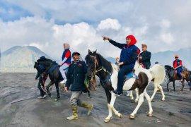 Gubernur Khofifah berkuda di kawasan pasir berbisik Bromo