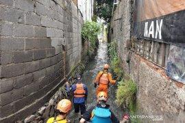 Tim SAR Bandung turunkan tiga tim lanjutkan cari dua anak yang hanyut di sungai