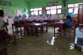 Siswa SDN Banjarasri Sidoarjo tetap semangat belajar meski sekolah banjir