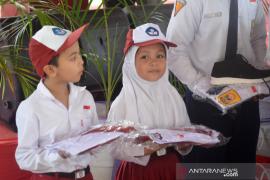 Pemkab Gorontalo Utara salurkan bantuan seragam SD-SMP