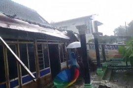 Angin puting beliung rusak rumah warga di Ngawi