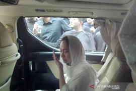 BCL saat iringi jenazah sang suami Ashraf Sinclair