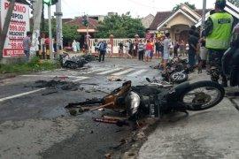 Suporter Persebaya dan Arema bentrok di Blitar, sejumlah sepeda motor dibakar (Video)