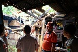 Disapu angin puting beliung, puluhan rumah rusak di Karawang