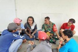 Aparat TNI berikan pembinaan kepada para pengamen di Serang