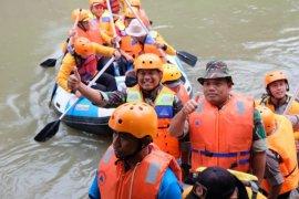 Kodim 0201/BS bantu Pemkot Medan bersihkan Sungai Sei Deli