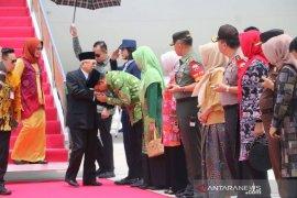 Gubernur NTB sambut Wapres Ma'ruf Amin saat tiba di Lombok