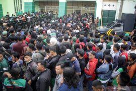 Ribuan suporter Persebaya padati pintu masuk Stadion Gelora Delta Sidoarjo