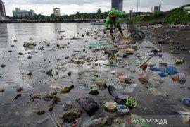 Sampah di Pantaiu CPI Makassar Page 1 Small