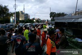 Kawasan Jalan Ahmad Yani Pontianak macet akibat baliho tumbang