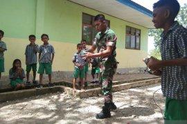 TNI mengajak anak-anak perbatasan pertahankan permainan tradisional