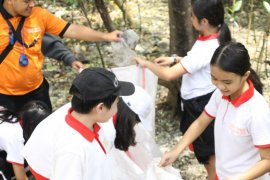 Hari Peduli Sampah, ratusan pelajar Surabaya diedukasi pencemaran sampah plastik