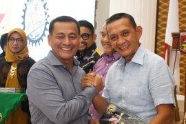 Wakasad Serahkan Sertifikat Army Cyling Club TNI AD