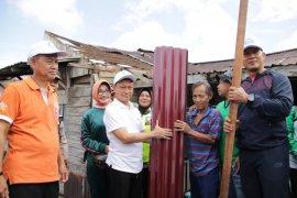 Pemkot Pontianak berikan bantuan seng pada masyarakat korban puting beliung
