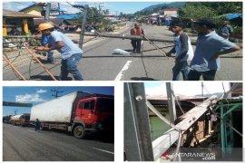 Setelah tiang PLN dievakuasi, arus lalulintas Jalan Nasional lintas Tengah Sumatera di Tapsel kembali normal