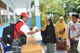Untuk warga Pulau Kodingareng, Lantamal VI bagikan 500 paket sembako
